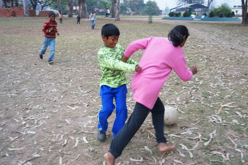 Reena trying to evade Rampal. Vishal in pursuit.